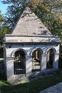 Claverton_churchyard_RAllentomb